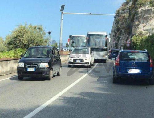 Penisola Sorrentina e Costiera Amalfitana tra rallentamenti e caos, Amalfi preda del traffico
