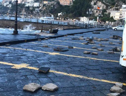 Maltempo: le pazzesche immagini del porto di Amalfi dopo la mareggiata