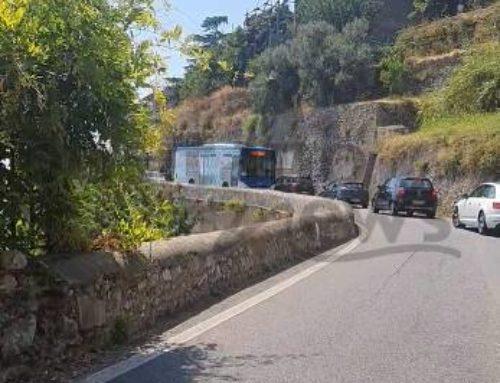 Costiera amalfitana, ore di traffico da Minori ad Amalfi e tre autobus SITA di fila